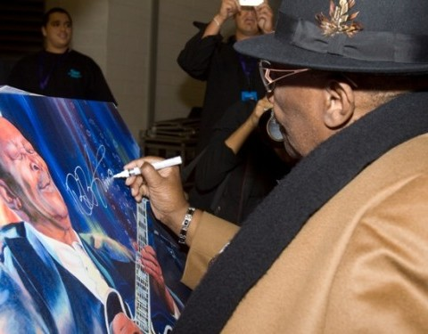 B.B. King signs a print of his painting by Gregory Adamson